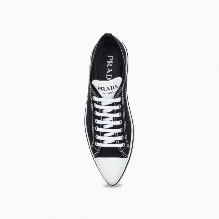 Pointed-toe sneakers